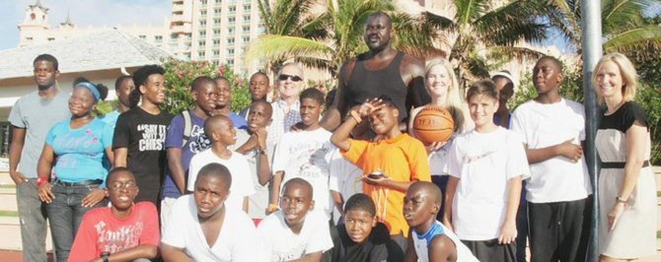 О'Ніл зіграв у баскетбол з вуличними дітьми та роздав їм по 100 доларів