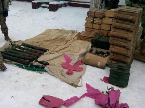 У лісі біля Курахового знайшли потужний схрон із засобами ураження