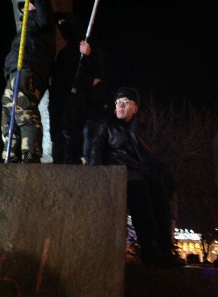 У Дніпропетровську під спалахами фаєрів пиляють пам'ятник організатору Голодомору Петровському
