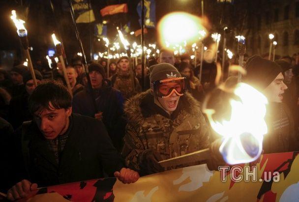 По центру Киева прошел факельный марш в честь героев Крут