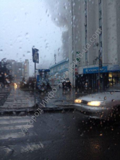 """В центрі Ужгорода палає універмаг """"Україна"""""""