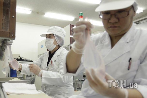 Фотографи показали секрети масового виробництва презервативів на китайському заводі