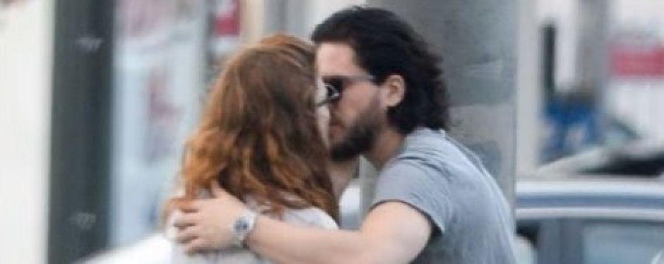 """Репортери заскочили зірок """"Гри престолів"""" за пристрасним поцілунком посеред Лос-Анджелеса"""