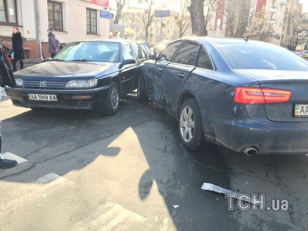 У Києві на Подолі потрійна ДТП перекрила рух транспорту