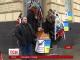 """У Львові до """"Альфа-Банку"""" принесли труну і вінки"""