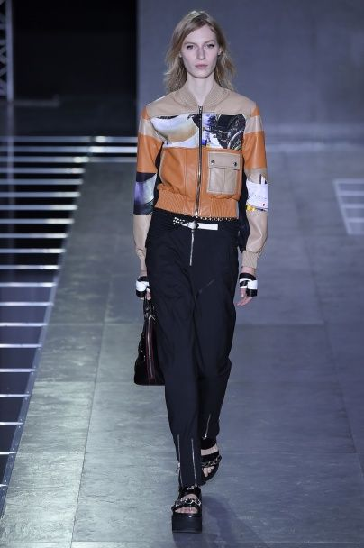 Знаменитые сумочные принты на кожаных куртках в коллекции Louis Vuitton сезона весна-лето 2016