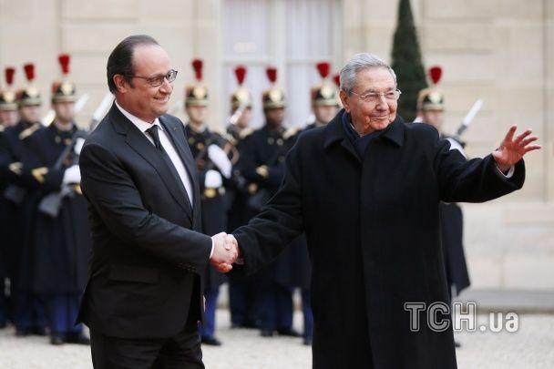 Найяскравіші фото дня: приготування до Китайського Нового року, зустріч Олланда і Кастро
