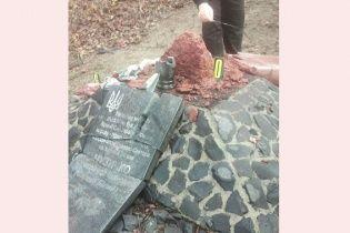 """На Ровенщине разбили памятный крест скандальному бойцу """"Правого сектора"""" Саше Белому"""