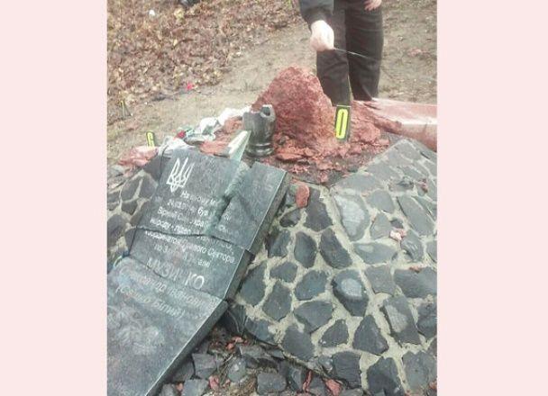 """На Рівненщині розтрощили пам'ятний хрест скандальному бійцю """"Правого сектору"""" Сашку Білому"""