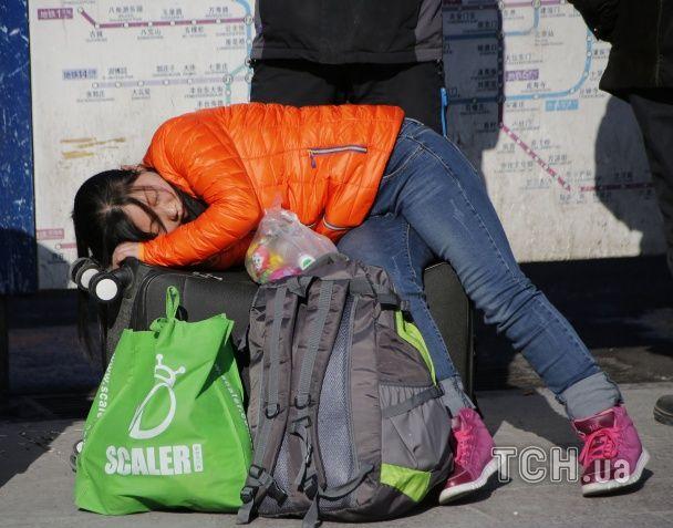 Передсвяткове божевілля: у Китаї на вокзалі утворилася гігантська 100-тисячна черга з пасажирів