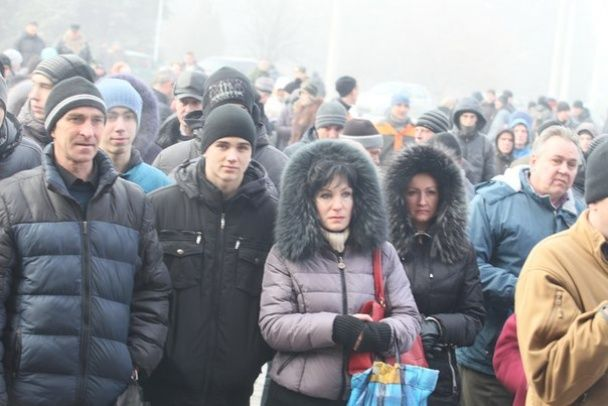 """В окупованій Ясинуватій натовп протестував  проти новопризначеного """"мера""""  Губарєва"""