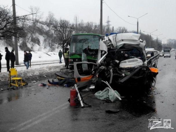 У Мережі з'явилися перші кадри з місця страшної аварії швидкої у Харкові