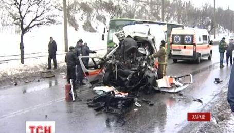 У Харкові швидка допомога зіткнулася з пасажирським автобусом, є жертви