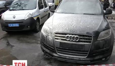 Дорогой автомобиль подожгли возле одного из райсудов в Киеве