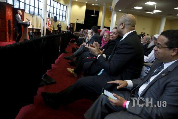 Обама у самих шкарпетках вперше за часи президенства виступив у мечеті