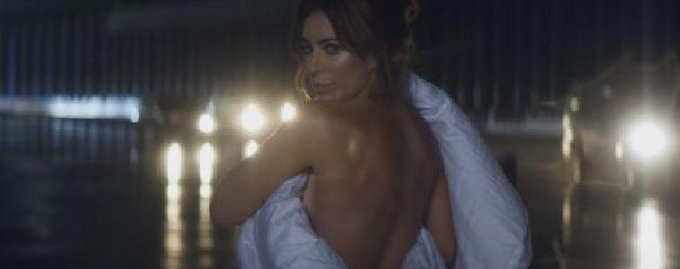 Зваблива Ані Лорак у самій лише ковдрі на голе тіло знялася у кліпі Бадоєва