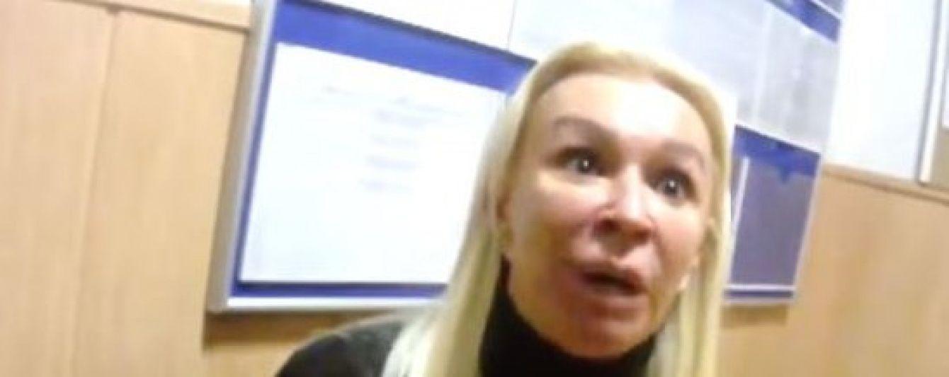 Скандальна білявка, що кидалася на поліцію, виявилася родичкою прокурора – ЗМІ