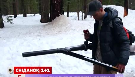 Американець Марк Робер створив кулемет, який стріляє сніжками