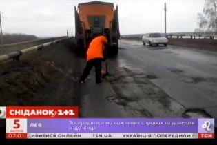 Юзерів підірвало відео з Росії, де винахідливий ремонтник латає діри на дорозі снігом та сміттям