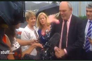 В обличчя новозеландського міністра поцілили фалоімітатором просто під час інтерв'ю