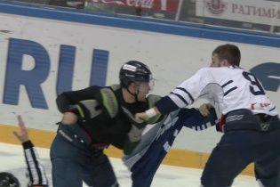 """У Росії хокеїсти влаштували криваві """"розбірки"""" під час матчу"""