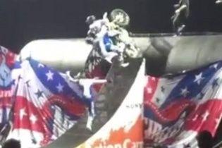 На мотошоу в Глазго професійний гонщик упав зі свого байка під час складного трюку (відео)