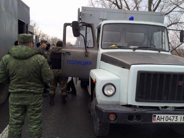 """Бойовики """"ДНР"""" передали Україні 18 в'язнів"""