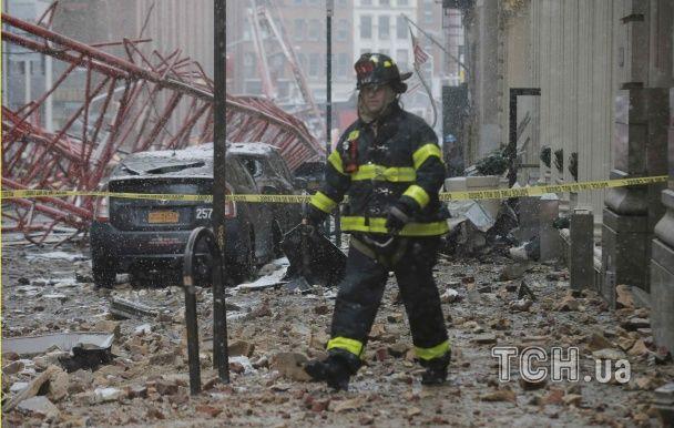 Потрощені авто і розбиті вітрини. З'явилися фото з місця падіння крана у Нью-Йорку