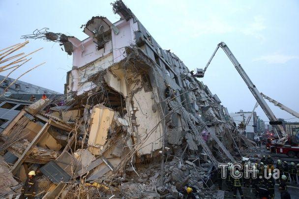 З'явилися фото страшних наслідків руйнівного землетрусу на Тайвані