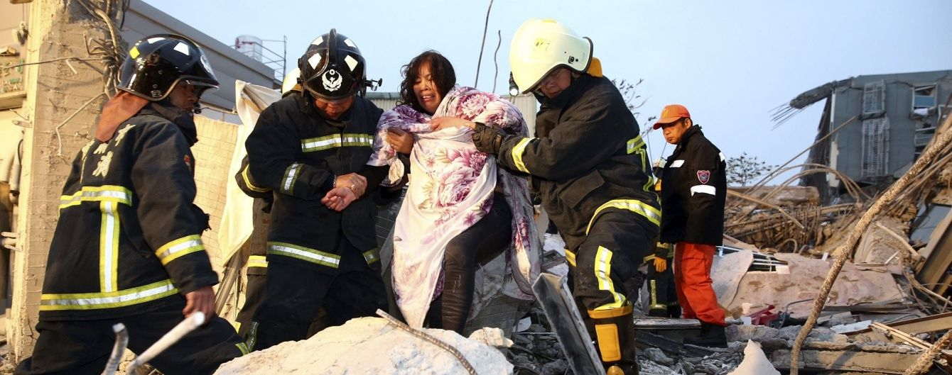 Кривавий землетрус на Тайвані: понад 120 жителів перебувають під уламками будинків