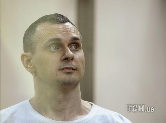 Олегу Сенцову у колонії колять по літру глюкози щодня