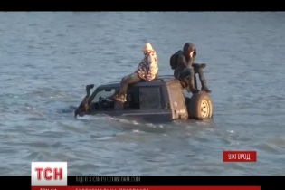 В Ужгороді водій добровільно втопив свій джип у річці