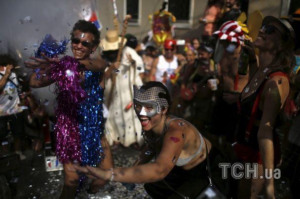 Напівоголені жінки, яскраві костюми та запальна самба: у Бразилії розпочався найбільший у світі карнавал