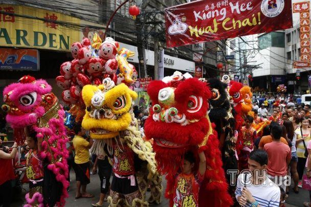 """Дивовижні костюми й паради чудернацьких """"драконів"""". Світ зустрічає рік Вогняної Мавпи"""