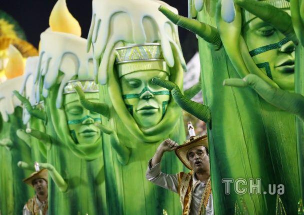 """Пишногруді красуні, відверта самба та фантастичні костюми: як бразильці """"відриваються"""" на карнавалі"""