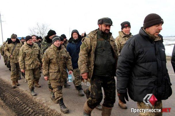 Півсотні військових вирушили пішки з Широкого лану до Миколаєва через відсутність харчів та вошиві матраци