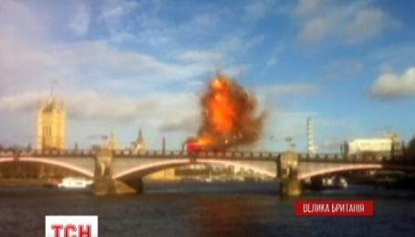 Зрелищный взрыв автобуса в центре Лондона напугал горожан