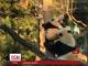 Працівники американського зоопарку показали, як мама-панда вчить маля лазити по деревах