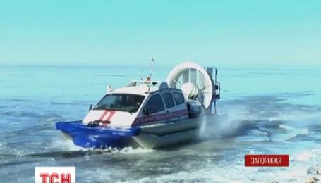 Запорожские спасатели сняли со льда более тридцати рыбаков