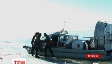 Запорожские спасатели сняли со льда больше тридцати рыбаков