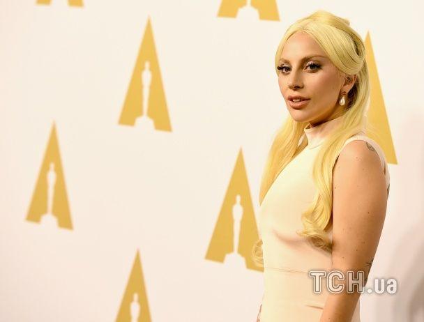 """Леді Гага в обтислій сукні вразила ніжним образом на гала-вечорі номінатів на """"Оскар"""""""