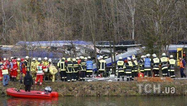 """Лобове зіткнення потягів у Німеччині: понівечена купа металу, десятки """"швидких"""" та вертольот"""