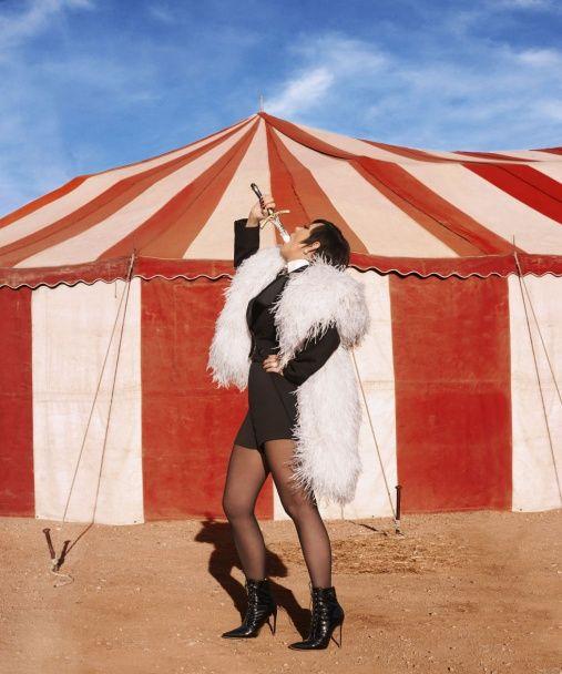 """Цирк та й годі: мама сестер Кардашян та Дженнер у коротких шортах """"приручала"""" лева"""