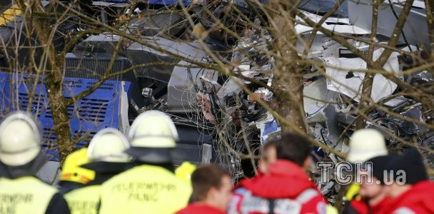 """Фатальне зіткнення потягів у Німеччині: понівечена купа металу, десятки """"швидких"""" та вертоліт"""