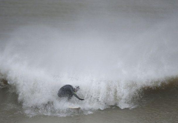 Південне узбережжя Великобританії накрили гігантські 19-метрові хвилі