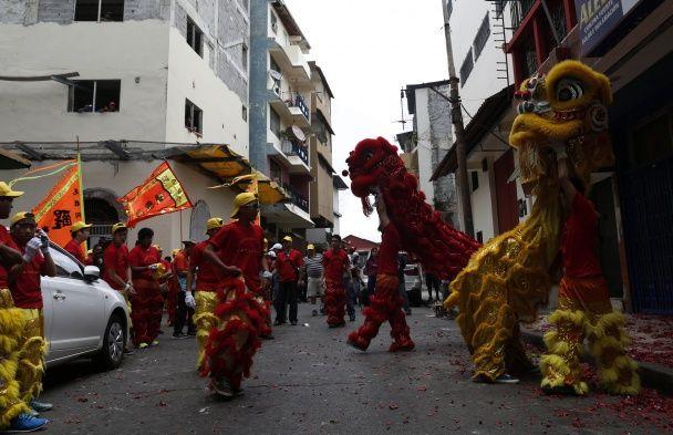 Червоні леви та яскраві феєрверки. Як світ зустрів китайський Новий рік