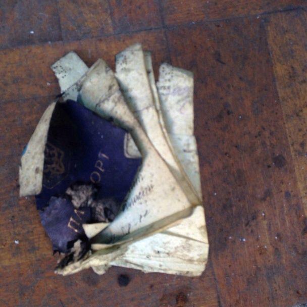"""З'явилися моторошні фото розтрощеної від вибуху автівки біля КПВВ """"Мар'їнка"""""""