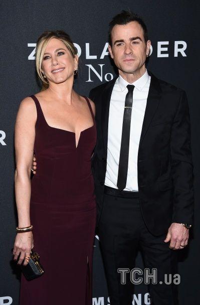 Щасливі та закохані: Еністон у розкішній сукні відвідала кінопрем'єру разом із Теру