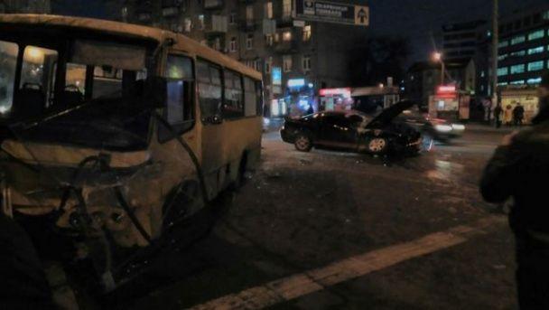 Лобова ДТП у Києві: Ford Mustang вилетів на зустрічну смугу і протаранив маршрутку