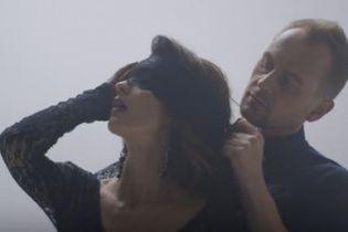 """Переможець другого сезону """"Голосу країни"""" Табаков пристрасно обіймався із брюнеткою у новому кліпі"""
